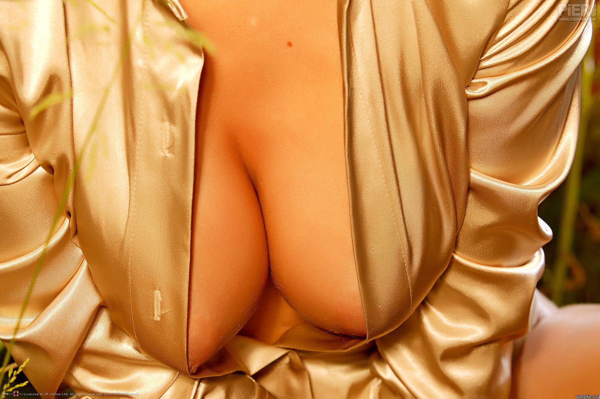 Фото голая грудь под блузкой 2 фотография