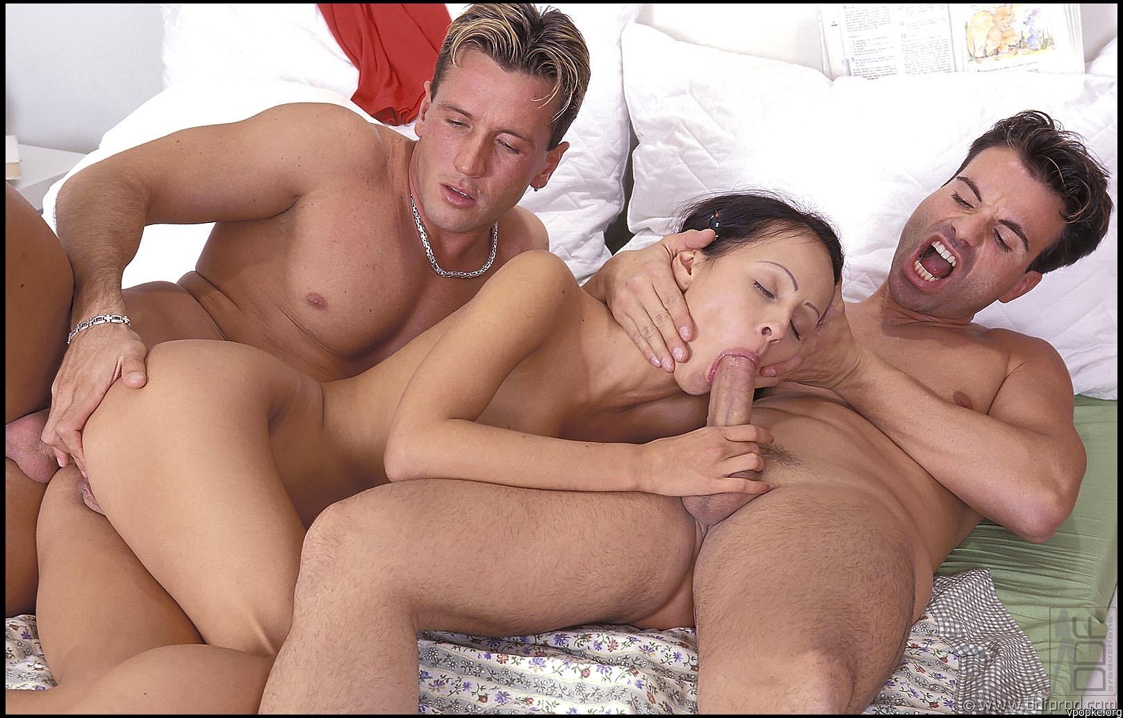 Секс друзей с молодой женой 6 фотография