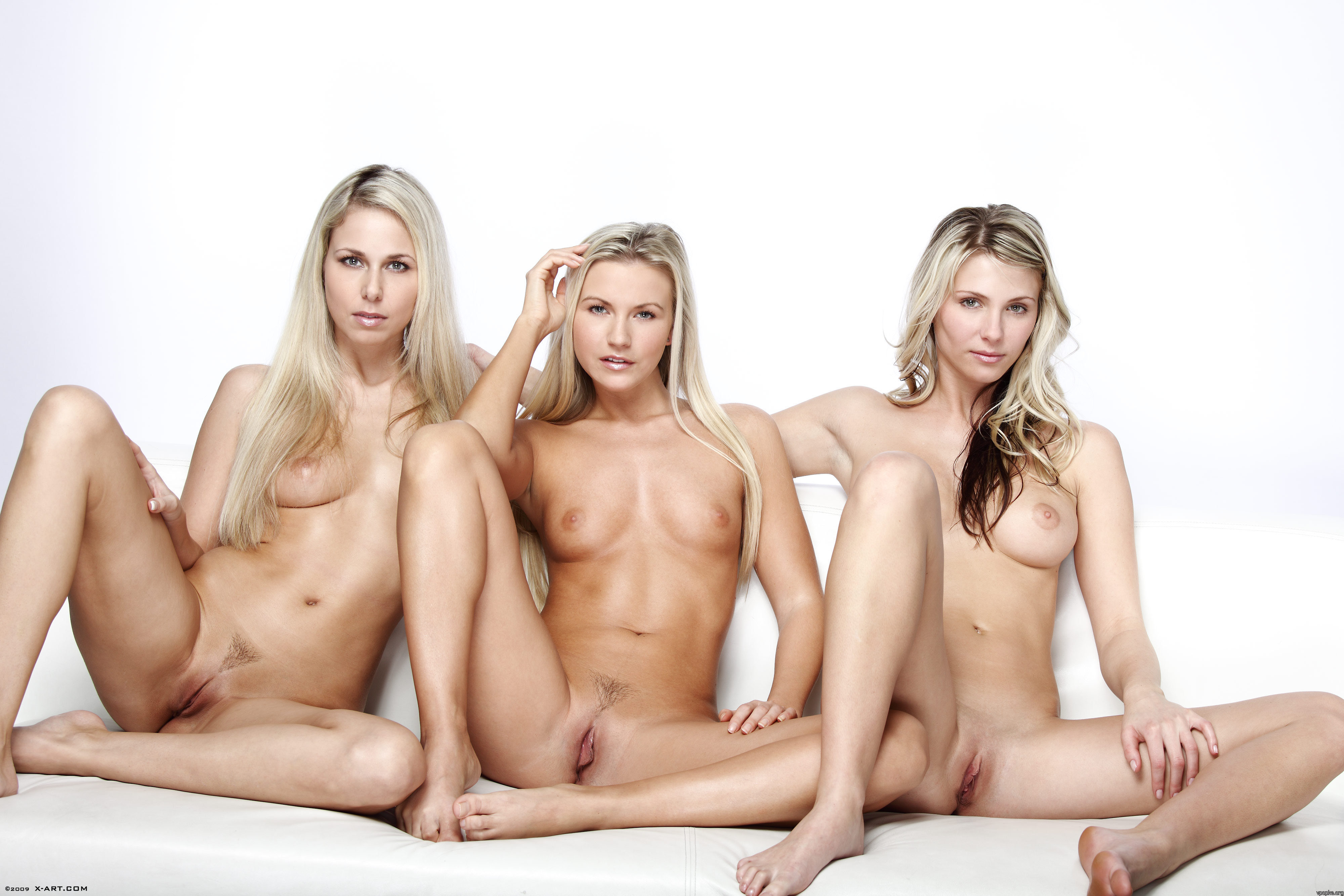Три девушки раздвинули ноги 5 фотография