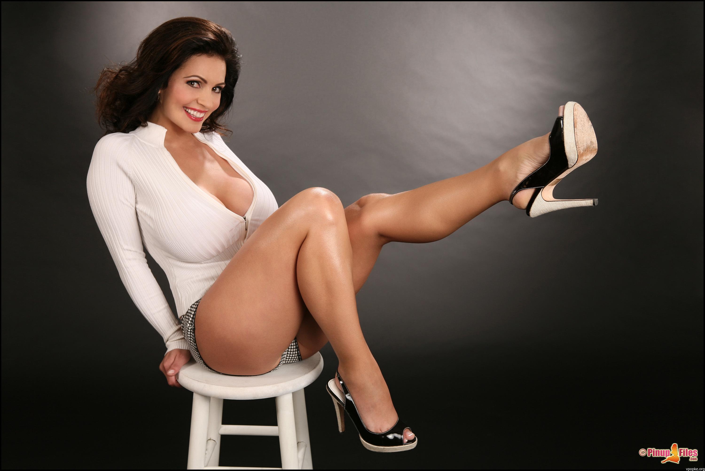 Пышная девушка на стуле 4 фотография